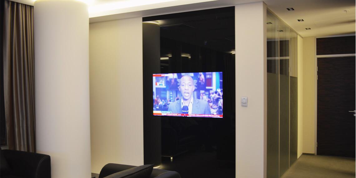 Телевизор за стеклом в офис