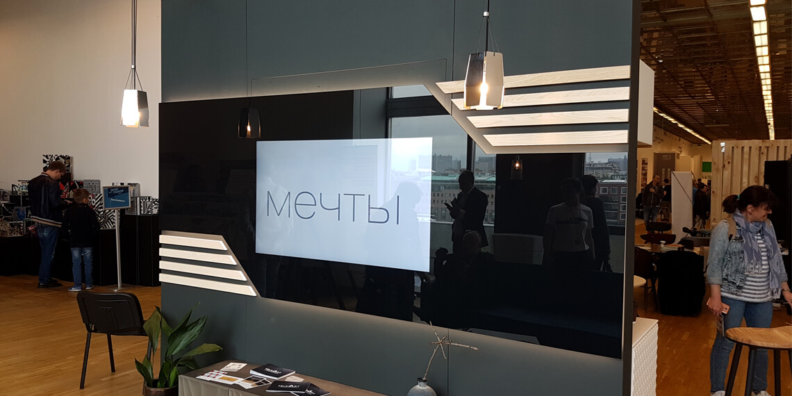 Телевизор за стеклом на выставке АРХ Москва