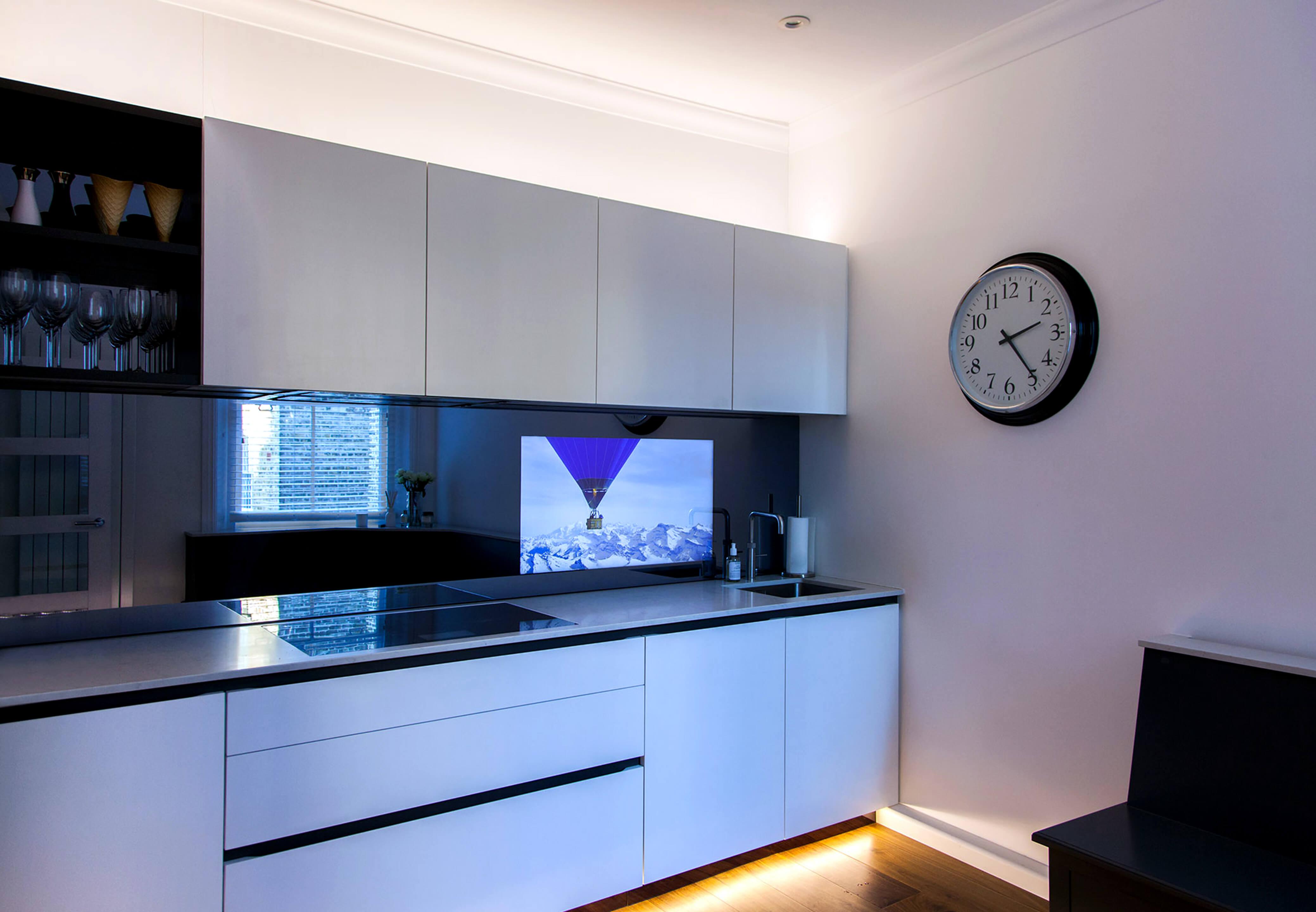 телевизор на кухню в кухонный фартук